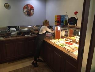 Adrianna w trakcie codziennego serwisu w restauracji hotelowej Budapest Hotel.