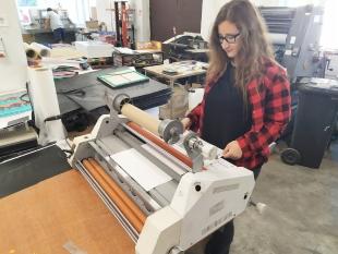 Karolina w firmie poligraficznej Accent 96 LTD z opiekunem oraz podczas realizacji zamówienia dla klienta.