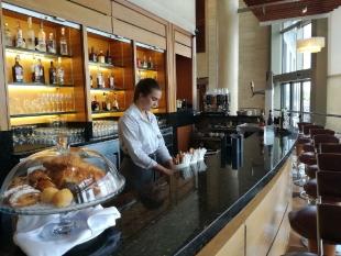 Daryna podczas wykonywania swoich obowiązków w Melia Valencia Palacio de Congresos Prodisotel S.A.Uczennica w tym dniu pracuje w hotelowej kawiarni.
