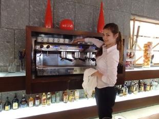Magdalena w trakcie obsługiwania gości hotelowych podczas śniadania