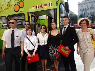 [od lewej] Arkadiusz, Adrian, Aleksandra i Mikołaj z opiekunami praktyk  podczas udzialania informacji o świadczonych uslugach w firmie transportowej