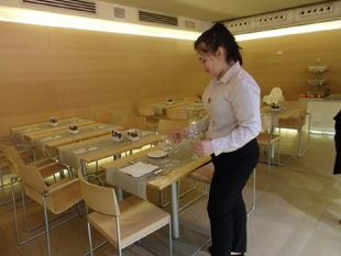 Ula przygotowująca nakrycia w sali śniadaniowej
