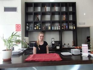 Weronika w trakcie codziennego serwisu w lobby hotelowym
